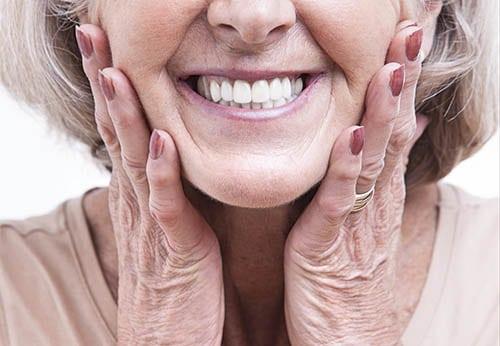 Druckstellen durch Zahnprothesen